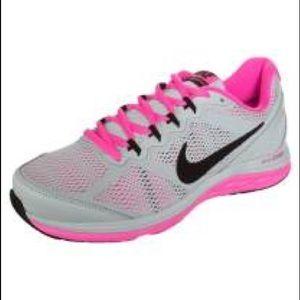 Women's Nike dual fusion tennis shoes size 9